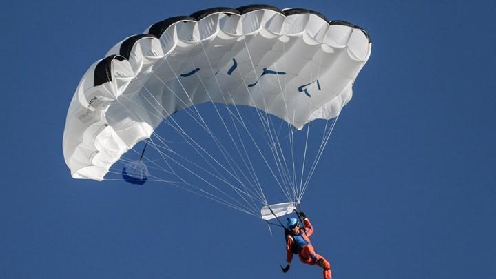 İsviçreli bir paraşütçü,  güneş enerjisiyle çalışan bir uçaktan atlayan ilk insan oldu