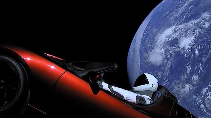 Elon Musk tarafından uzaya fırlatılan Tesla Roadster, Mars'ın yakınından geçti