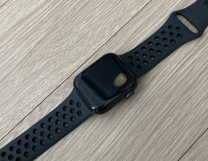 Apple Watch SE'de aşırı ısınma sorunu: Bileği yakıyor, ekranda leke oluşuyor