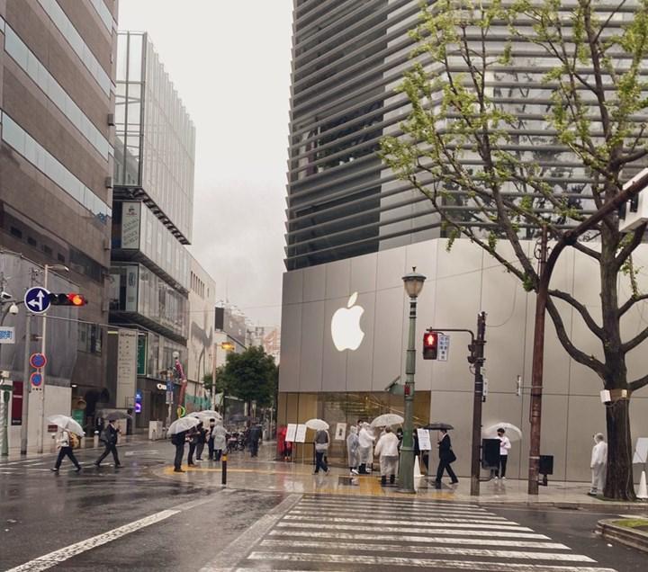 Pandemiye rağmen Apple mağazalarında yine iPhone sırası var
