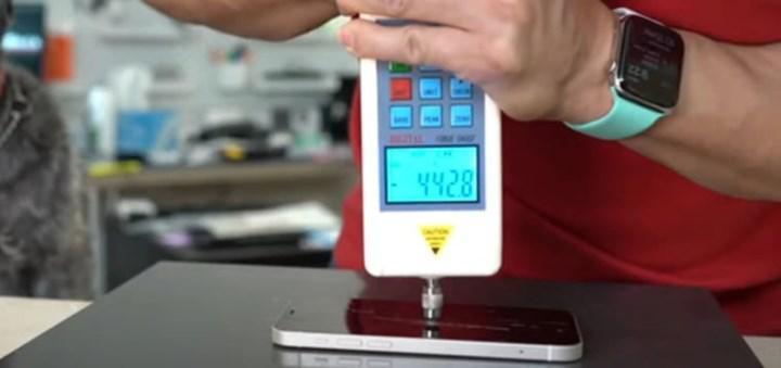 iPhone 12'nin seramik korumalı ekranı, önceki modellere göre daha dayanıklı çıktı