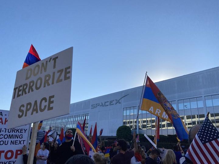 Ermeniler SpaceX genel merkezi önünde toplandı: Turksat 5A'yı protesto ediyorlar