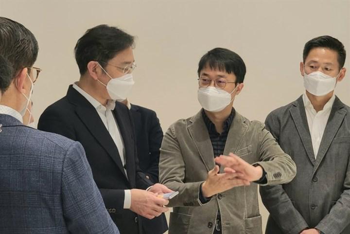 Gizemli bir Samsung telefon prototipi başkan yardımcısının elinde görüntülendi