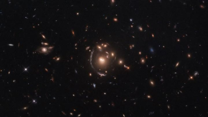 Uzay-zamanı büken galaksiler, 'Einstein Halkası' oluşturdu: İşte inanılmaz görüntü