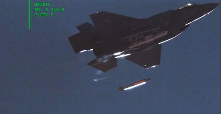 F-35A savaş uçağı, süpersonik hızda uçarken attığı nükleer bomba modeliyle görüntülendi