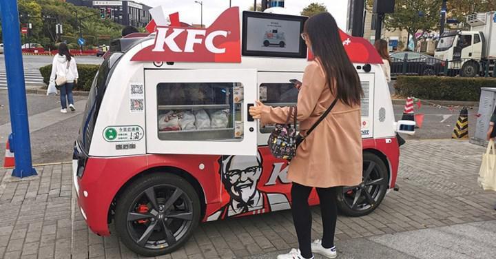 KFC, Çin'in Şangay kentinde otonom araçlar içinde tavuk ürünleri satmaya başladı
