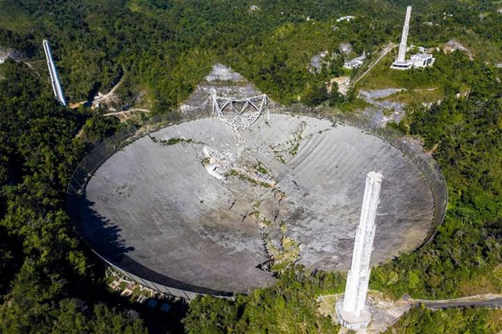 1963 yılında inşa edilen Arecibo Gözlemevi ne yazık ki çöktü
