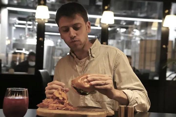 Dünyadaki ilk laboratuvar ortamında üretilmiş etleri servis eden lokanta açıldı
