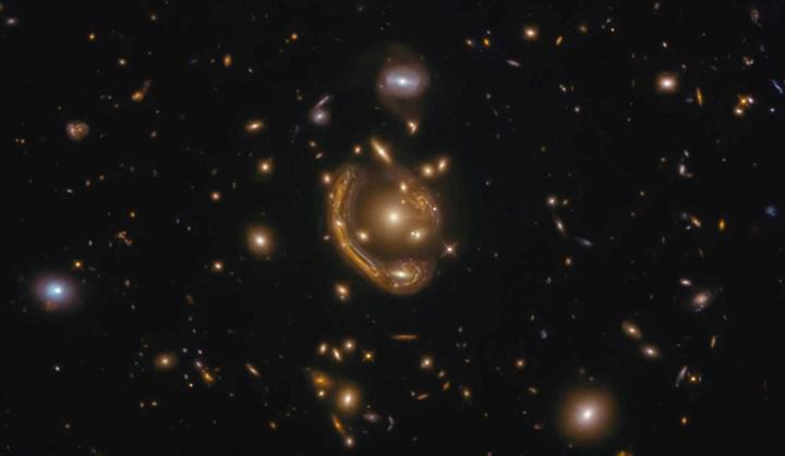 Hubble, devasa Einstein halkasının müthiş görüntüsünü yakaladı