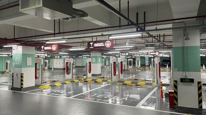 Tesla, dünyanın en büyük Supercharger istasyonunu açtı: 72 şarj ünitesi bulunuyor