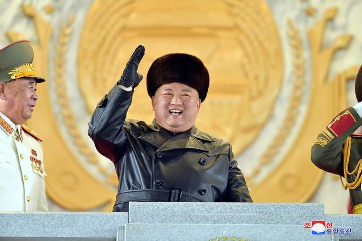 Kuzey Kore dünyanın en güçlü silahını sergileyerek gövde gösterisi yaptı