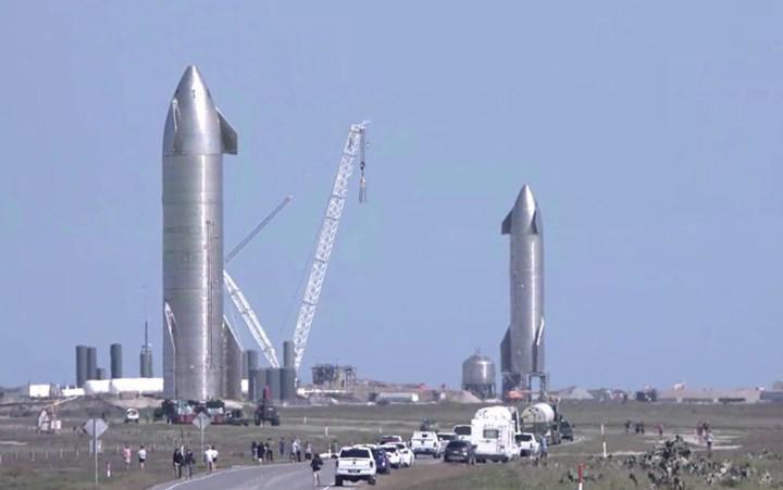 SpaceX'in uçmayı bekleyen iki yeni Starship prototopi yan yana sergilendi