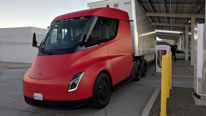 Tesla Semi elektrikli kamyon, bekleneden az menzil sunan pil ile gelecek