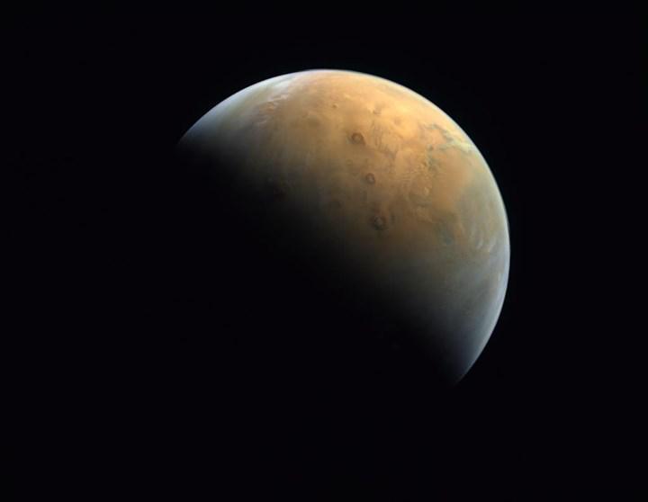 BAE'nin Mars sondasından ilk fotoğraf geldi: İşte Kızıl Gezegen