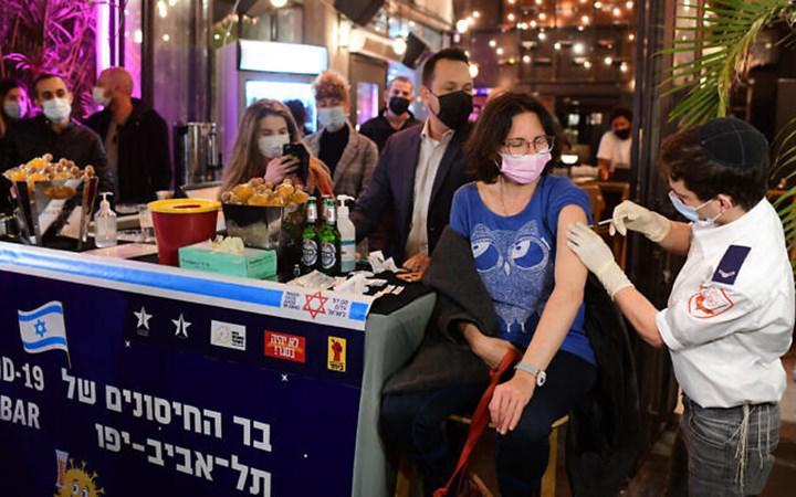Nüfusun yüzde 40'ını aşılayan İsrail'de pozitif çıkma oranları düşüyor