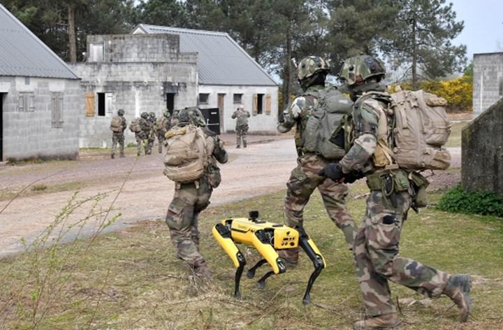 Boston Dynamics'in robot köpeği Spot, askeri eğitimlerde yer aldı