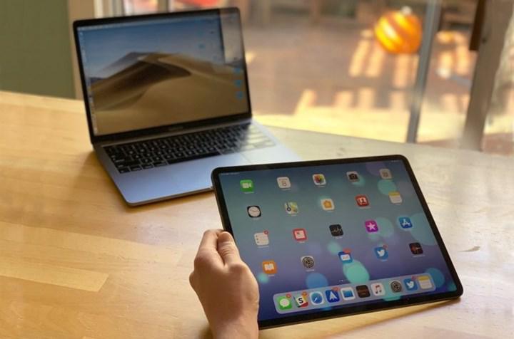 Apple, bileşen eksikliği nedeniyle bazı MacBook ve iPad'lerin üretimini erteledi