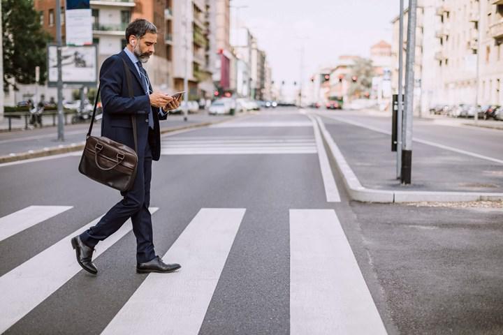 Android, yürürken akıllı telefon kullananları önlerine bakmaları konusunda uyaracak