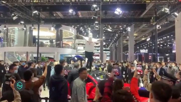 Tesla'ya şok protesto: Şangay fuarı karıştı