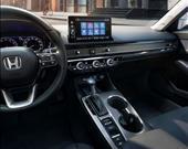 Yeni Honda Civic'de Apple CarPlay ve Android Auto destekli 7 inç dokunmatik multimedya ekranı bulunuyor.