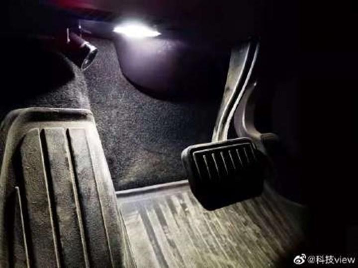 Çinli Tesla sahipleri araçlarının pedal tertibatına kamera sistemi kurmaya başladı