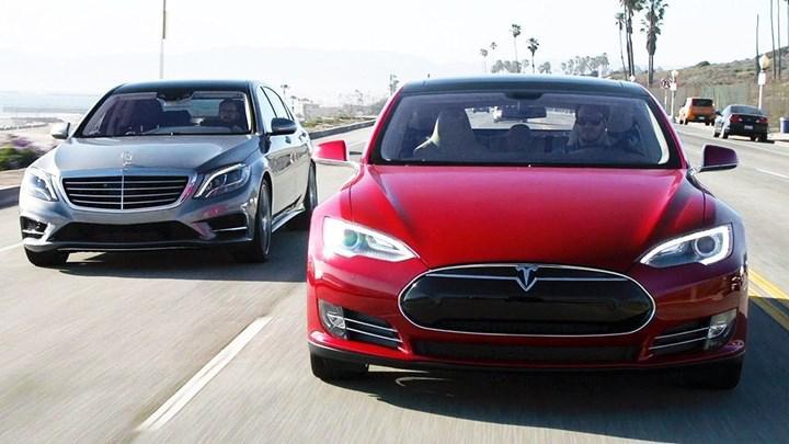 Mercedes-Benz'in sesli asistanı, Tesla hakkındaki soruya zekice bir cevap verdi