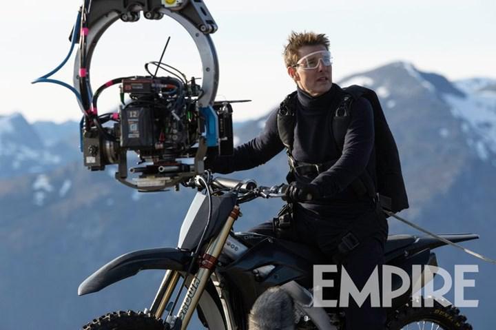 Mission: Impossible 7'den yeni görseller paylaşıldı: Tom Cruise, motosikletle uçurumdan atladığı sahne hakkında konuştu