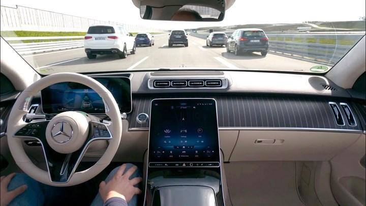 Mercedes 3.seviye otonom sürüş sunan Drive Pilot'u piyasaya sürdü