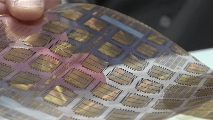 ARM, bükülebilir plastik çipini tanıttı