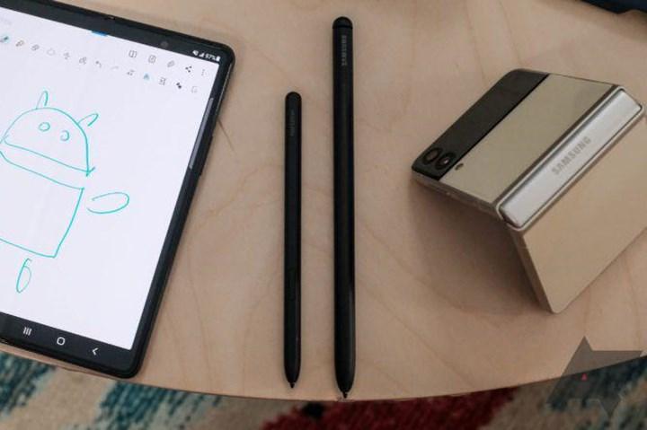 Eski S Pen, Samsung Galaxy Z Fold 3'ün ekranını çiziyor