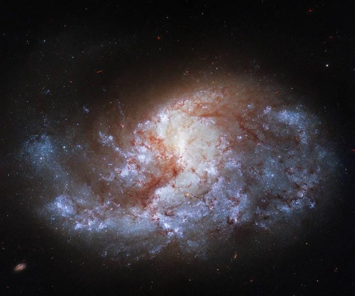 Hubble, NGC 1385 galaksisinin 'nefes kesici' fotoğrafını çekti