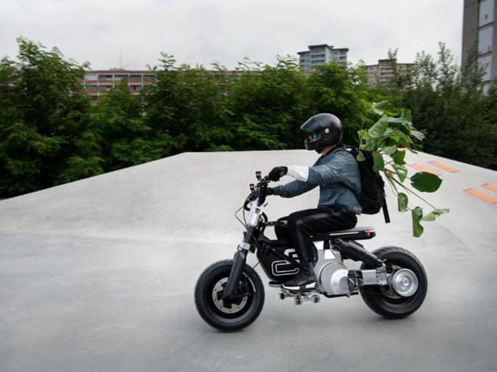 BMW, bisiklet ile motosiklet karışımı yeni aracını tanıttı