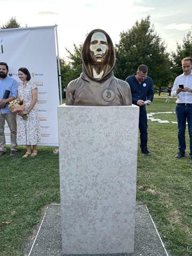 Bitcoin'in kurucusu Satoshi Nakamoto'nun heykeli dikildi