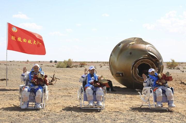 Çinli astronotlar 90 gün sonra Dünya'ya döndü