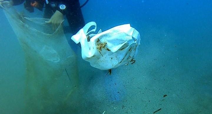 Deniz tabanından toplanan çöpler