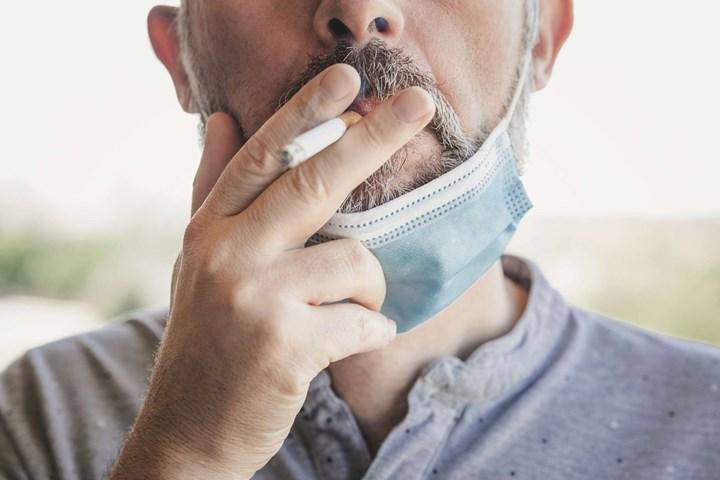 Sigara içen bir insan