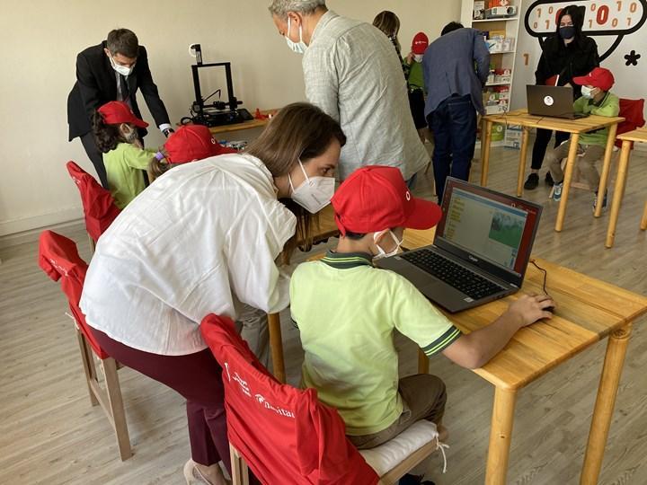 Yarını Kodlayanlar projesinden köy okullarına teknoloji sınıfı!