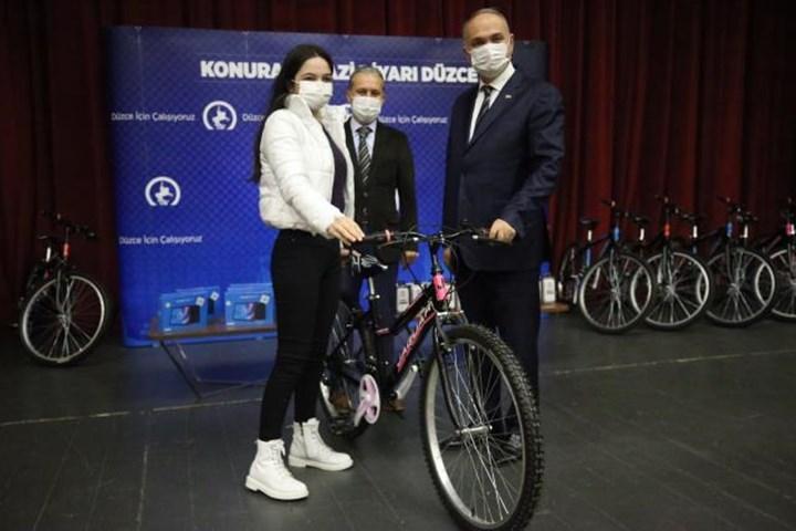 Bisiklet kazanan bir genç