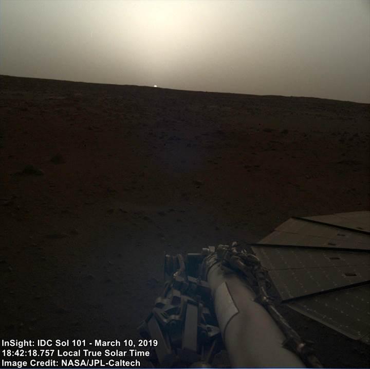 Mars'ta gün batımı nasıl görünüyor? İşte InSight'ın yakaladığı görüntü