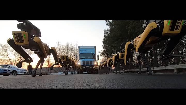 Boston Dynamics'in robot köpek ordusu kamyon çekiyor!
