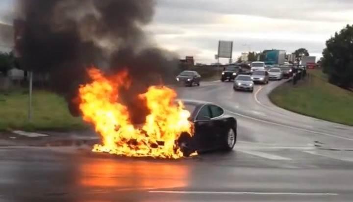 Bir Tesla aracı daha park halindeyken yandı