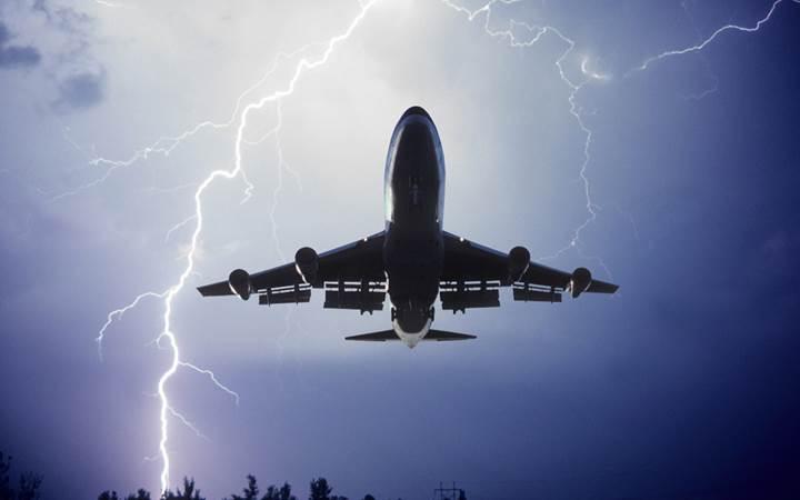 MIT uçaklara yıldırım çarpmasını önleyecek sistem geliştirdi